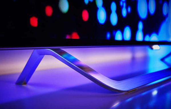Le téléviseur Philips 65OLED873 utilise une dalle OLED compatible HDR apte à afficher des noirs très profonds et des images avec une large plage dynamique. Son élégant design est à la hauteur de la qualité des images affichées.